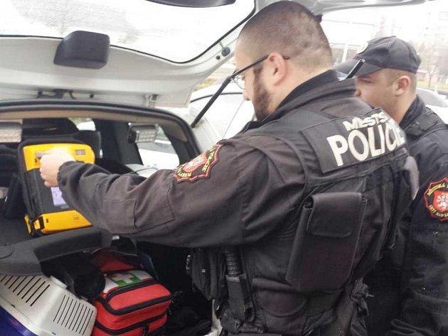 Městská policie v Ústí nad Labem již třetí rokem  používá tři defibrilátory.