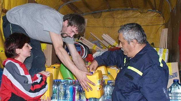 Dobrovolní hasiči z Tisé nakládají humanitární sbírku pro obec Jetřichovice, které zasáhla velká voda.