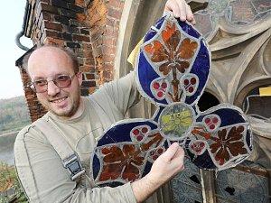Opravy vitrážových oken hrobky rodu Chotků.