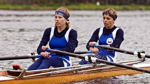 Ústecké veslařky Klára Janáková (vlevo) a Lenka Floriánová uspěli na mistrovství republiky, které se konalo  v Račicích. V nabité konkurenci si dojely pro dvě bronzové medaile.