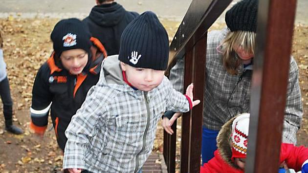Ten, kdo vymýšlel prudké schody ke klouzačkám, asi nemá děti. Zábradlí jej jen z jedné strany, je vysoké, schody úzké a hrozí zde úraz. V parku se objevily už i vytrhané dlažební kostky.