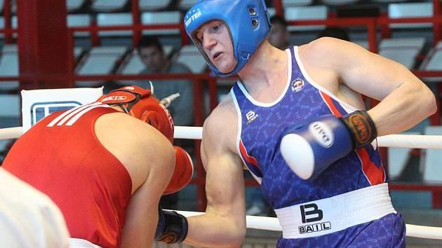 BOJ V RINGU. Ústecký borec Rudolf Helešic (vpravo) boxuje v nedělním duelu do 91 kg s mosteckým Karlem Krajníkem.