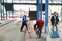 Společnost Buscom, která vlastní budovu autobusového nádraží v centru Ústí nad Labem, se rozhodla rychle odstranit konstrukci nad nástupišti, již už zub času ohlodal až do havarijního stavu. Firma zároveň slibuje revitalizaci celé budovy.