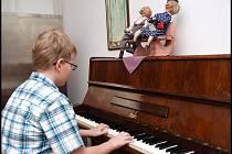 Malí umělci ve věku od tří do šesti let celý prosinec prozpívají a protančí mezi seniory.