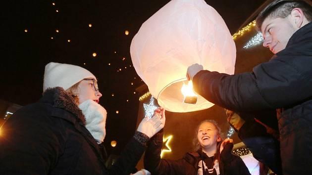 Osmý ročník akce Rozsviťme Ústí nad Labem se uskutečnil na Lidickém náměstí.