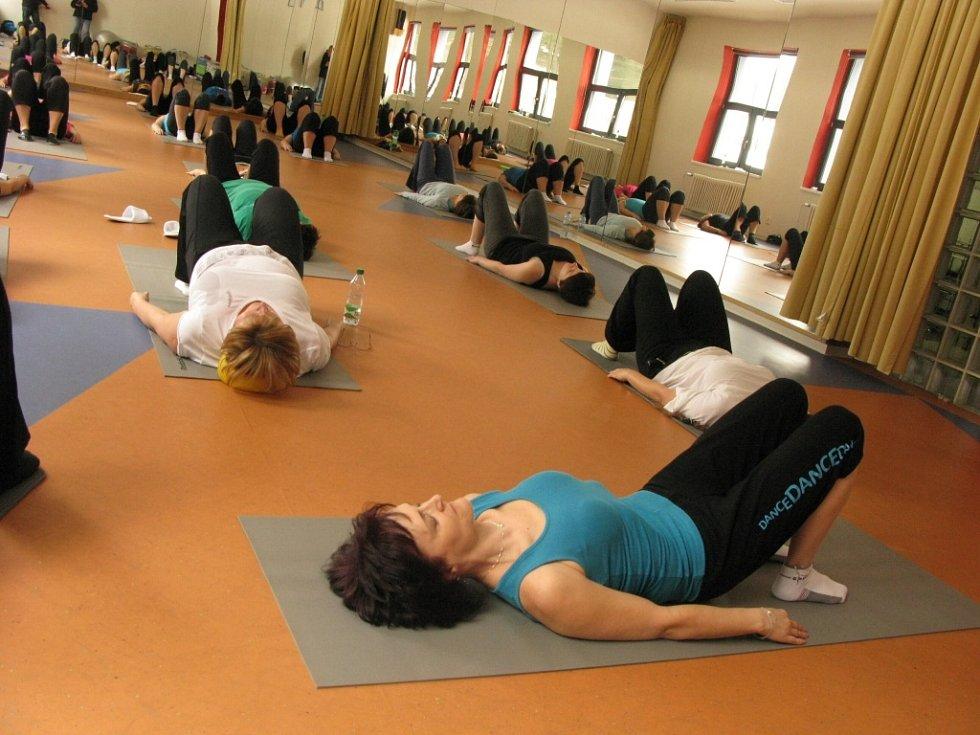 Hodinka cvičení pilates na začátek dámy pěkně protáhla.