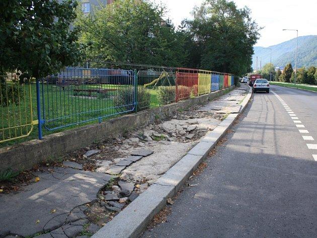 Neradostný stav chodníků na Střekovském nábřeží má na svědomí povodeň. Dlouhé čekání na opravu souvisí s výplatou dotace od ministerstva.
