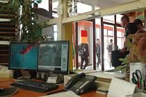 V budově Střední školy technické a stavební v ulici U Panského dvora hlídá vchod recepční. Na monitoru navíc vidí obraz z kamerového systému.