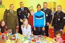 Muži v uniformách ze spolku Self Defense Division obdarovali malé pacienty Dětské kliniky Masarykovy nemocnice hračkami.