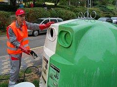 Nádoby na tříděný odpad vyčistí voda a soda.