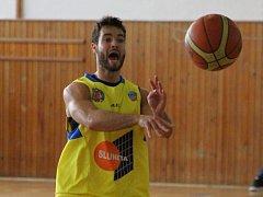 Basketbalisté Slunety USK (žlutí) doma porazili Karlovy Vary 83:68.