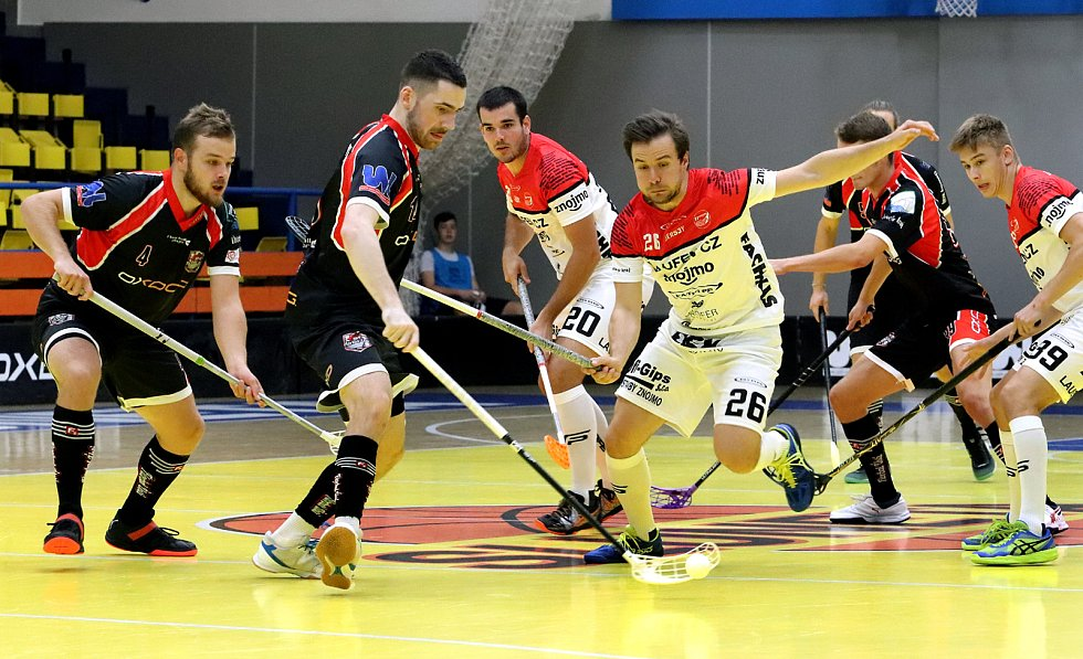 1. liga mužů 2. kolo. Domácí Florbal Ústí (černí) přemohl hosty z TJ Znojmo (bíločervení) 4:3 až v prodloužení.