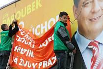 Ekologičtí aktivisté zaútočili v Ústí nad Labem na billboardy Jiřího Paroubka a vyvěšují na ně své slogany.
