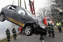Auto skončilo po dopravní nehodě v Labi, řidič se zachránil.