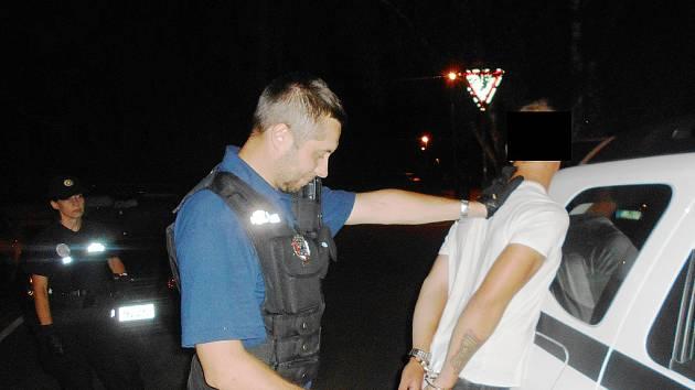 Zadržení muže, který ničil zaparkovaná auta.