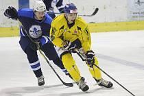 Ústečtí hokejisté (žlutí) zvítězili na ledě Mostu 5:4.
