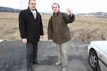 Proti průmyslové zóně jsou i zastupitel Karel Nepraš (vpravo) a předseda ústecké Strany zelených Dušan Oslej