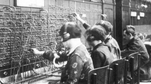 První telefonní ústředna v Ústí nad Labem sídlila v budově vedle hlavního železničního nádraží. Měla kapacitu pro sto účastníků.
