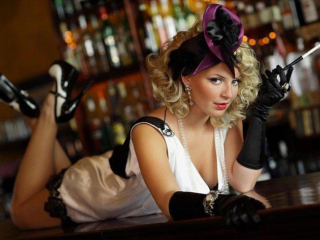 Komu by se nechtělo udělat si pohodlí v baru, zapálit cigárko a nechat se okukovat?! Ale i zpívá to Markétě pěkně.