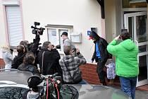 Z teplické věznice odešlo na základě prezidentské amnestie několik desítek propuštěných vězňů.  Amnestovaní, kteří hovořili na kamery, slibovali, že už se budou venku chovat podle zákonů. Ti, co je z vězení propouštěli, si to ale nemyslí.