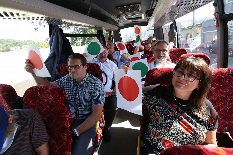 Politici a novináři jedou autobusem z Ústí do Mostu
