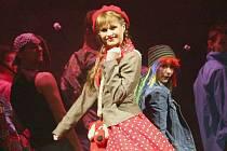 TÉMĚŘ NEODCHÁZÍ Z JEVIŠTĚ. Jolana Smyčková v ústeckém Divotvorném hrnci zpívá i tančí, je jí stále plné jeviště.