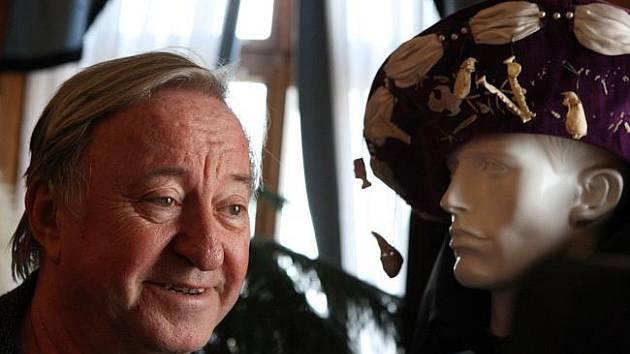V komnatách zámku na Červeném Hrádku na Chomutovsku zahájil výstavu o princezně Arabele sám Rumburak v podání herce Jiřího Lábuse.