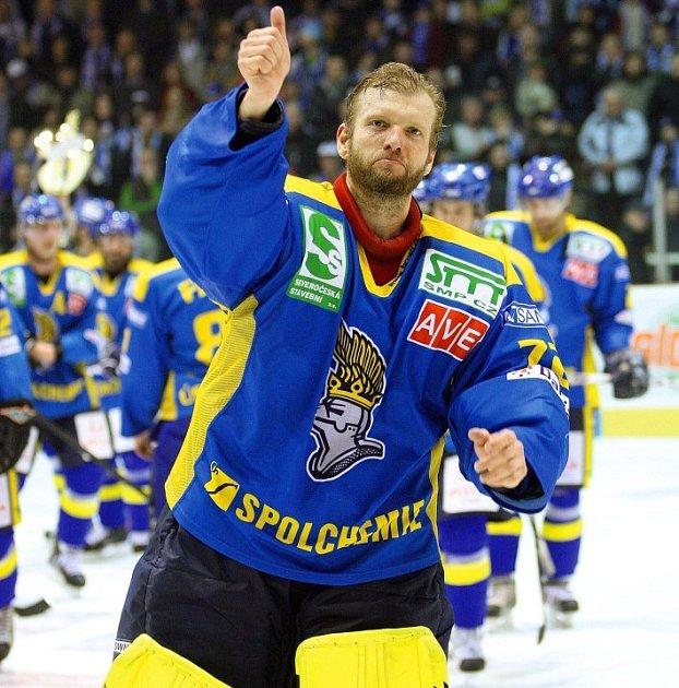 Brankář Ústeckých Lvů Dušan Salfický se raduje z vítězství ve finále první ligy.
