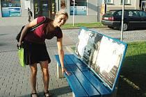 Ústečanka Jana Valachová zkouší rukou před usednutím, jestli lavička nebarví. Několik lidí si odneslo z modře natřených laviček v centru města poškozený oděv.