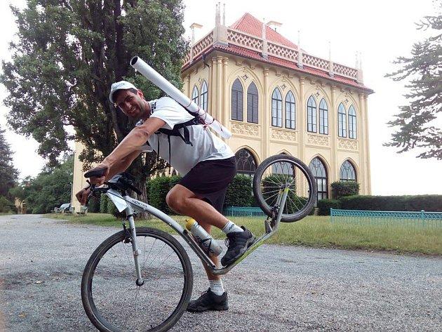 Miroslav Machota z Koštova na Ústecku jel na koloběžce z Londýna do Prahy