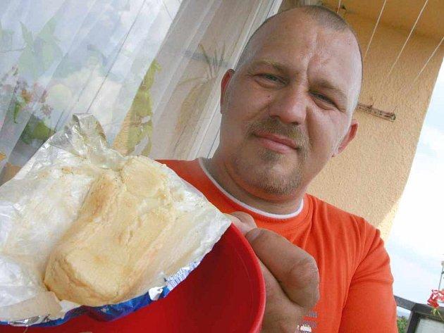 Radek Pursch si ve večerce koupil nevědomky plesnivý sýr s červy