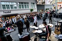 První koncert po ukončení karantény v Ústí přijela rozpustit do Pivovarské uličky policie. Někdo si prý stěžoval na hluk. Studentská kapela Paradox nicméně opomněla nahlásit zábor veřejného prostranství.