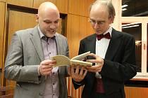 Na snímku jsou dva ze tří klavírních virtuózů, kteří v divadle na již vyprodaném koncertě vystoupí. Jsou to Igor Ardašev (v obleku s motýlkem) a Michal Mašek, rodák z Ústí.