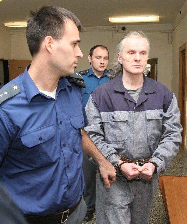 Odsouzení muži, převážně z Litoměřicka, ukradli zemní mechanismy, různé stroje, nákladní auta a další materiál.