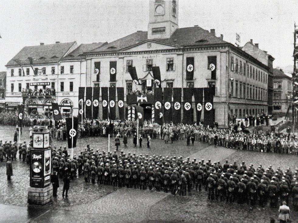 Přehlídka okupačních vojsk na dnešním Mírovém náměstí, před dnes již neexistující radnicí.