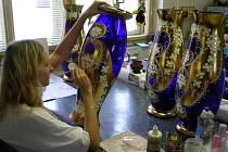 Nádheru váz v detailech dotváří jemné, ale především zručné ruce žen.