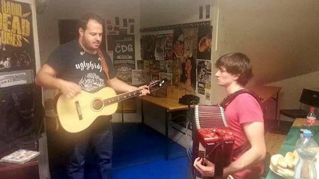 Petr Lüftner na společném snímku s Xindlem X před koncertem.