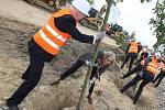 Zasazení stromů mělo symbolizovat filozofii a budoucí růst projektu vědeckého Nupharo parku.