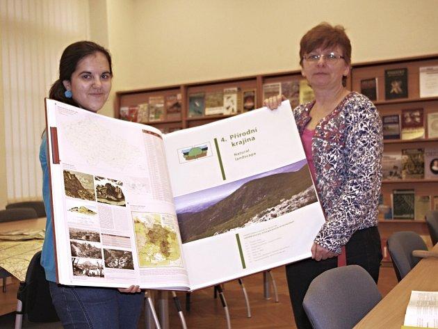 Obří geografický atlas nabízí k nahlédnutí i muzejní knihovna.
