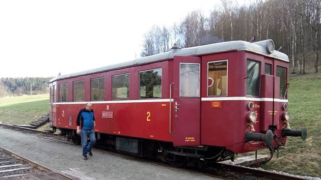 Zubrnická muzeální železnice. Motorový vůz řady M 131.1, známý jako Hurvínek.