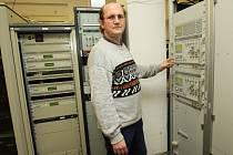 Servisní technik Bohumil Kinzel připravuje k vypnutí analogovou část vysilače Buková hora