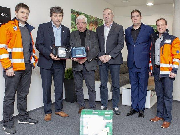 Zástupci záchranářů předávají nový defibrilátor ústecké univerzitě.
