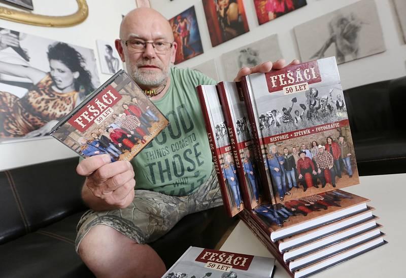 Robert Moucha ze skupiny Fešáci oslavil 80. Fotograf Petr Berounský s knihou k 50. výročí kapely Fešáci.