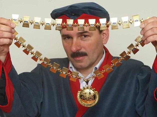 Proděkan Jaroslav Zukerstein ukazuje nové zlaté insignie