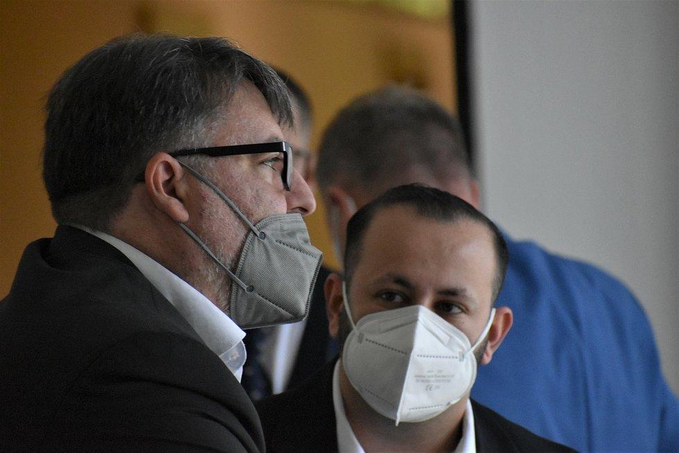 Petr Hricko podvedl desítky lidí, dostal podmínku. S právním zástupcem (vlevo)