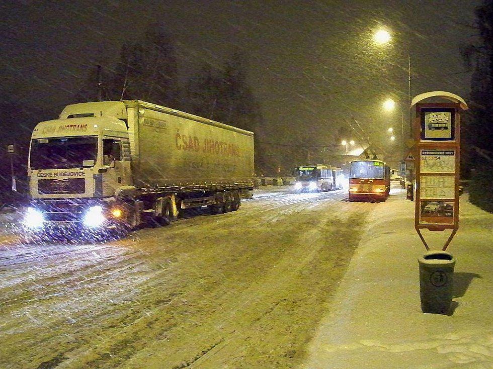 Kalamita zastavila dopravu v Hoření ulici nad Důlcemi.