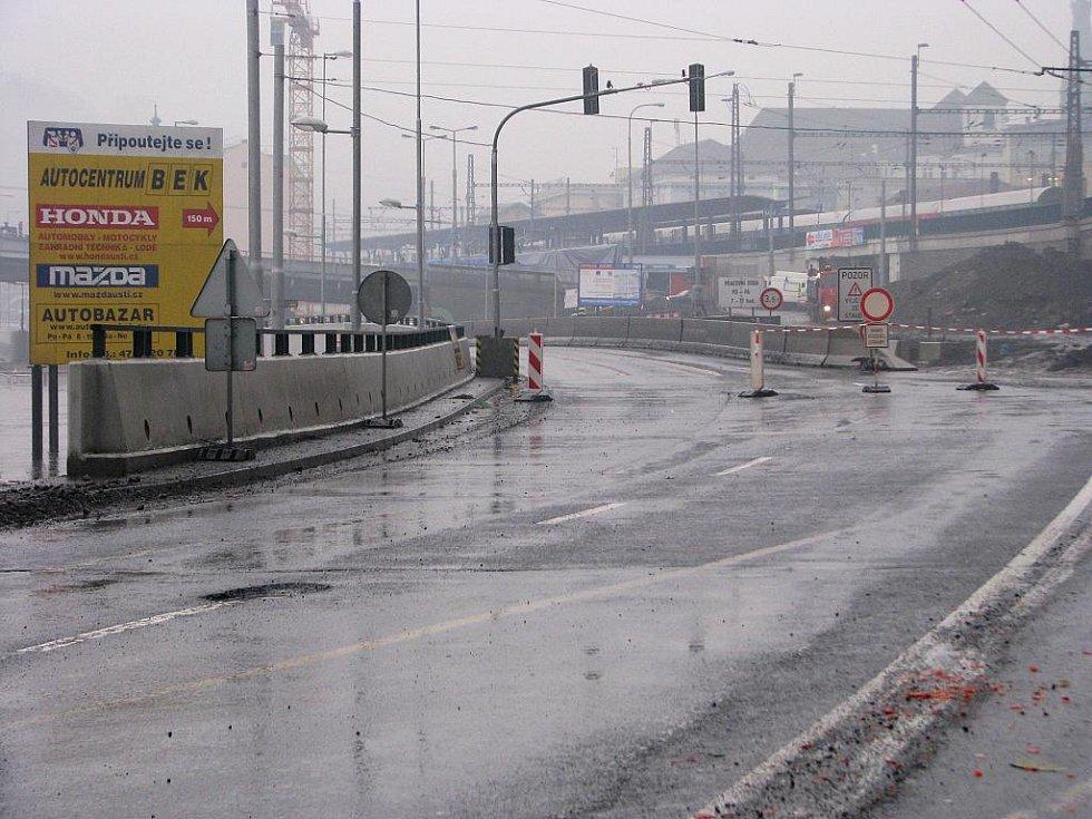 Stoupající hladina Labe zavřela Přístavní ulici pod Benešovým mostem.