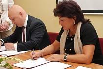 Hejtmanka Ústeckého kraje Jana Vaňhová podepisuje dohodu s ČEZ.