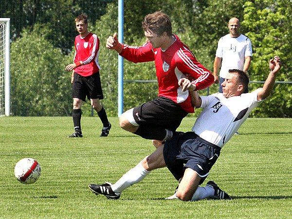 Fotbalisté Chuderova (bílé dresy) doma porazili Chlumec 4:1.