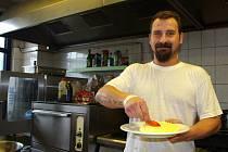 Tento týden kuchařský tým restaurace Sport Pub Zlatopramen pod vedením kuchaře Václava Svobody připravoval recept čtenářky Dany Máčkové Kapří hranolky.